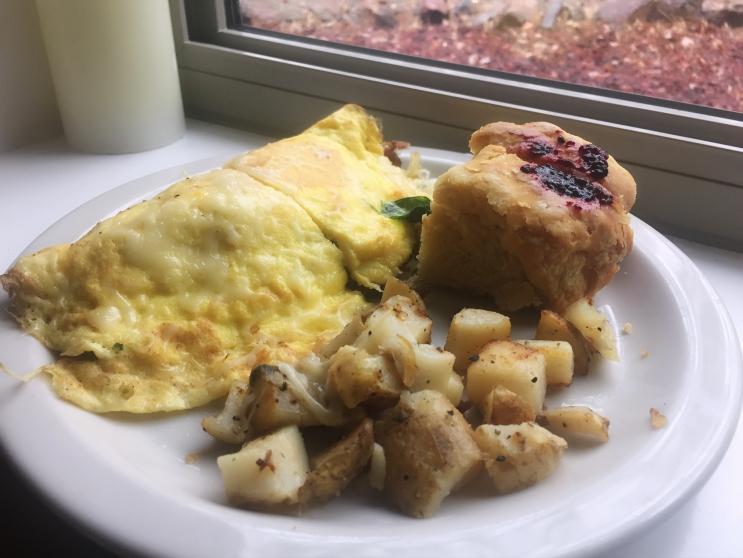 Omelette de bacon, salchichas y espinacas con biscuit de mantequilla y papas